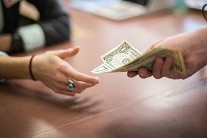 Как выбить долг с должника и вернуть деньги без расписки?